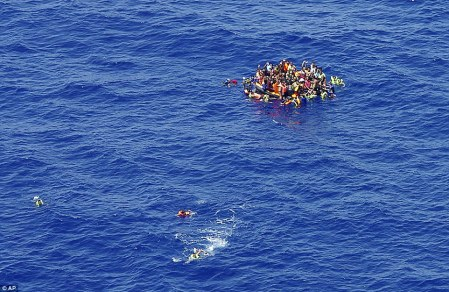 2B2805B100000578-0-Disaster_These_migrants_clinging_desperately_to_a_rescue_dinghy_-a-119_1438894284314